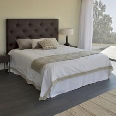 Dormitorio moderno con cabezal y mesitas a juego