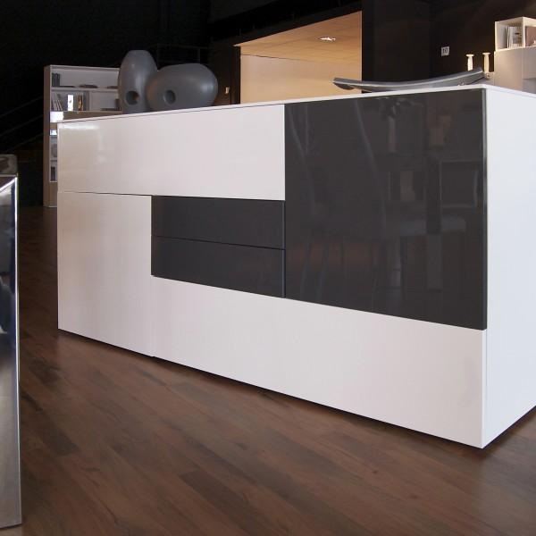 Aparador moderno de colores blanco y gris