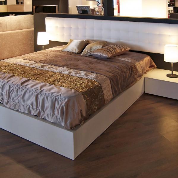 Dormitorio con cabezal tapaizado blanco
