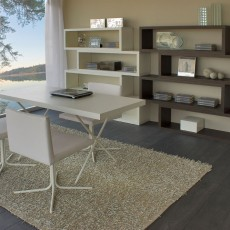 Estantería librería de diseño acompañada de mesa y sillas de estudio
