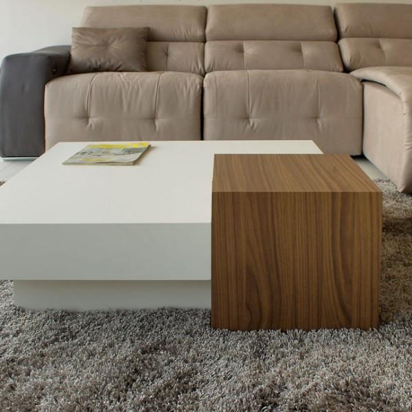 Mesa de centro blanca con cubo en nogal canaleto