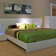 Dormitorio blanco con luz LED en el cabezal